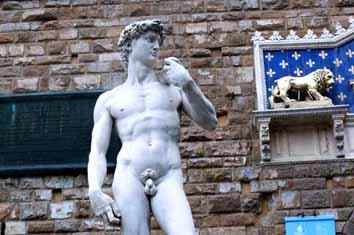 大卫像尽管是复制品,却是米开朗基罗26岁受委托雕塑